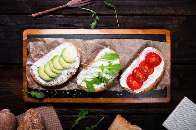 Vista superior rebanadas de pan con aperitivos