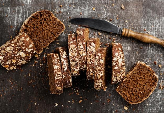 Vista superior rebanadas de pan y cuchillo de cocina