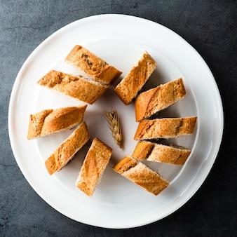 Vista superior de rebanadas de pan en placa