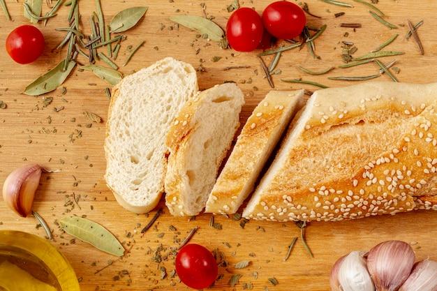 Vista superior rebanadas de pan y tomates
