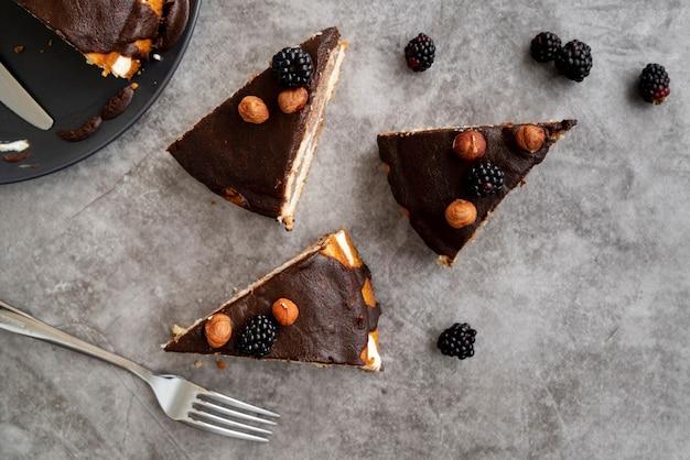 Vista superior rebanadas de pastel con cubiertos