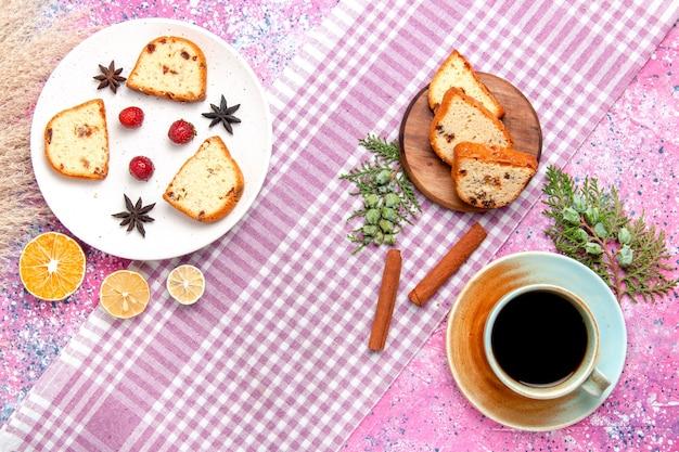 Vista superior de las rebanadas de pastel con fresas y canela sobre fondo rosa claro pastel hornear galletas dulces pastel de color galletas de azúcar