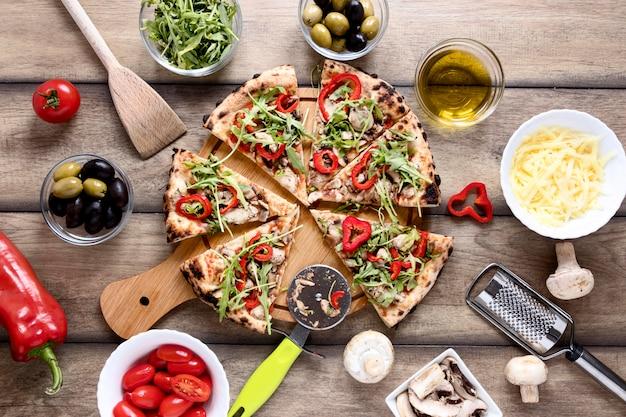 Vista superior rebanadas de pizza con coberturas