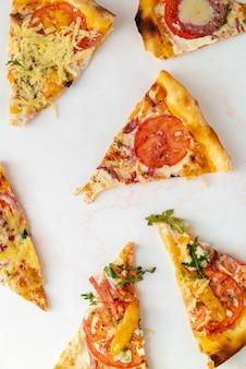 Vista superior rebanadas de pizza con fondo blanco.