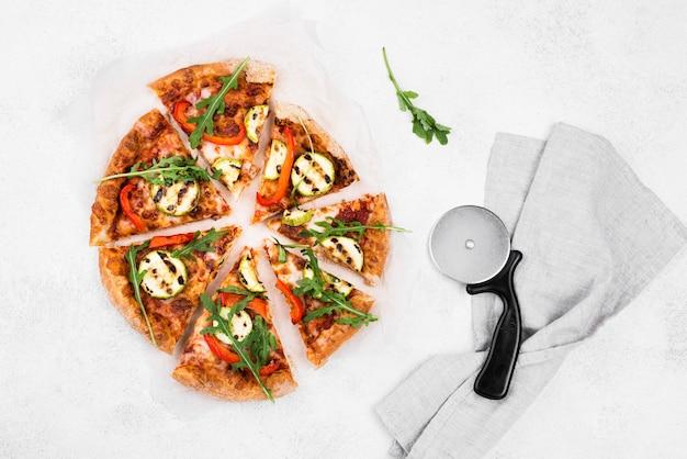 Vista superior rebanadas de pizza de rúcula