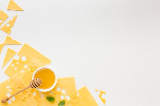 Vista superior rebanadas de queso emmental y miel con espacio de copia
