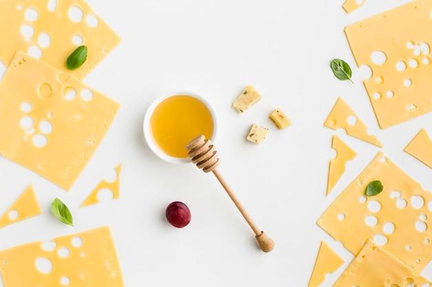 Vista superior rebanadas de queso emmental con miel