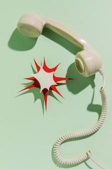 Vista superior del receptor de teléfono con cable y forma de papel