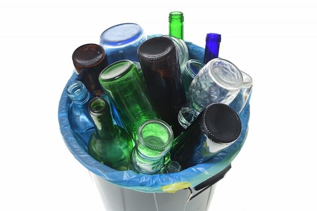 Vista superior de reciclaje de vidrio en blanco