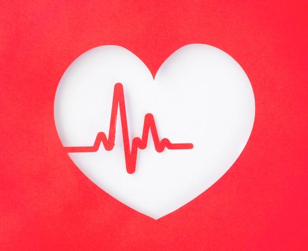 Vista superior del recorte de corazón de papel con latido del corazón