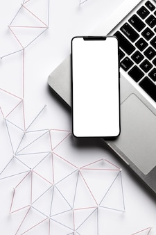Vista superior de la red de comunicación de internet con teléfono inteligente y computadora portátil