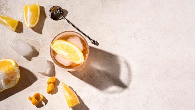 Vista superior refrescante bebida alcohólica con cubitos de hielo