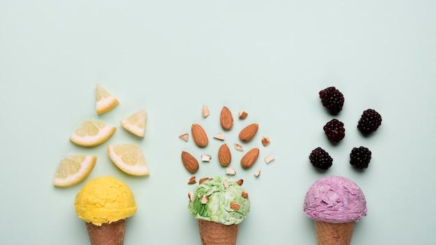 Vista superior refrescantes conos de helado sobre la mesa
