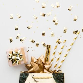 Vista superior de regalo y decoraciones para fiesta