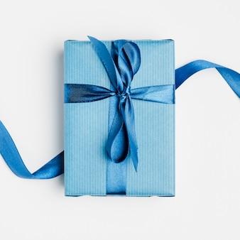 Vista superior del regalo del día del padre con cinta