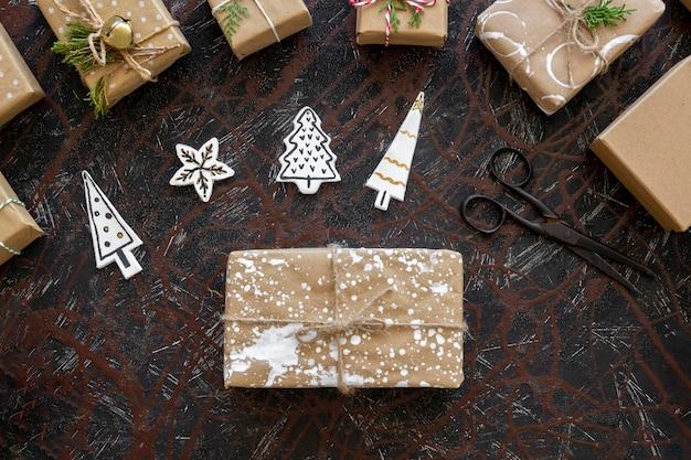 Vista superior del regalo de navidad con adornos para árboles