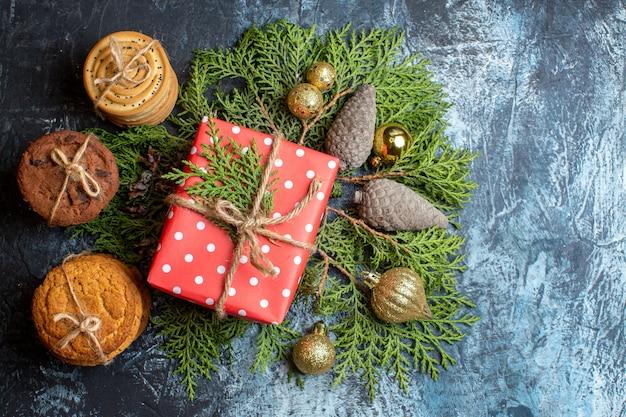 Vista superior de regalo de navidad con galletas diferentes.