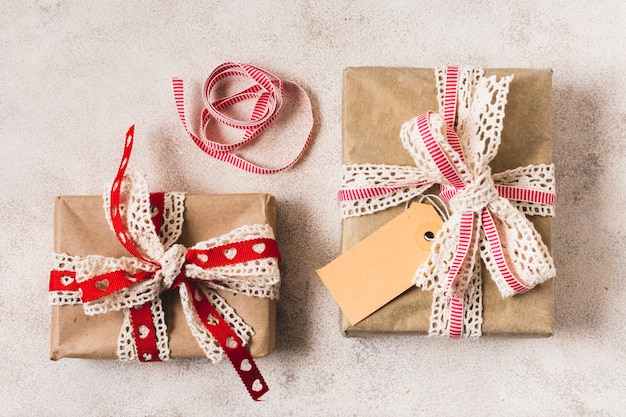 Vista superior de regalos con cinta doily