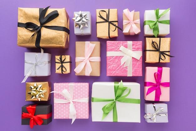 Vista superior de regalos con cinta multicolor y envoltura