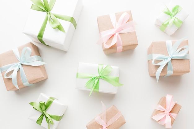 Vista superior de regalos con cintas y lazos.