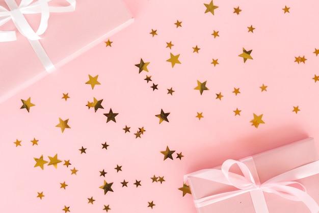 Vista superior regalos con confeti de estrellas