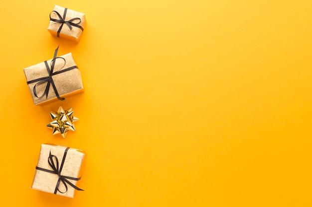 Vista superior de regalos con copia espacio y arco
