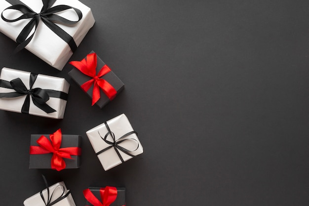 Vista superior de regalos con copia espacio y cinta
