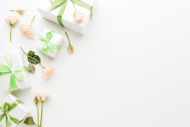 Vista superior de regalos con copia espacio y flores.