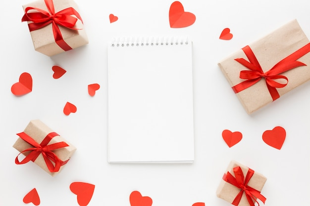 Vista superior de regalos con corazones y cuaderno