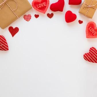 Vista superior de regalos con corazones para san valentín