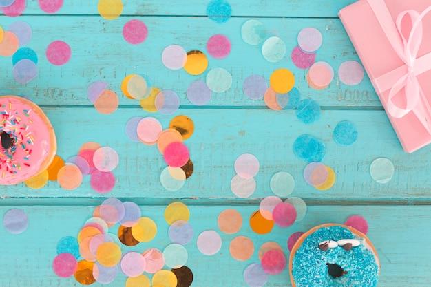 Vista superior regalos cumpleaños con confetti