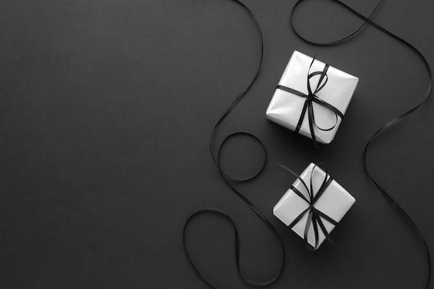 Vista superior de regalos con espacio de copia y cinta