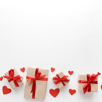 Vista superior de regalos con espacio de copia y corazones