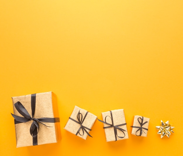 Vista superior de regalos con espacio de copia