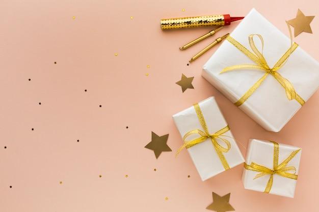 Vista superior de regalos para fiesta con espacio de copia