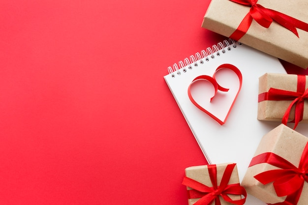 Vista superior de regalos y forma de corazón de papel con espacio de copia