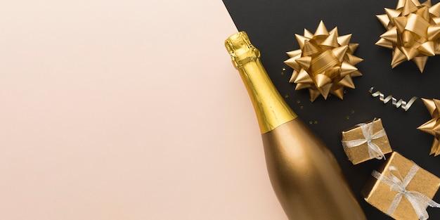 Vista superior de regalos junto a la botella de champán