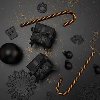 Vista superior de regalos de navidad y bastones de caramelo dorados.