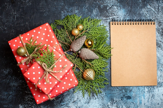 Vista superior de regalos de navidad y cuaderno vacío.