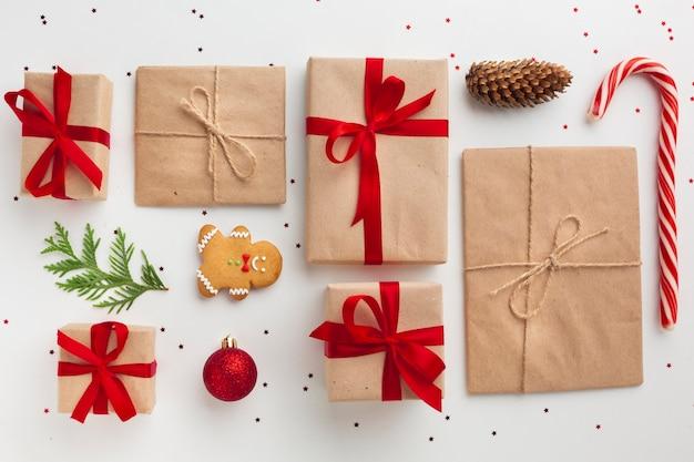 Vista superior de regalos de navidad festivos