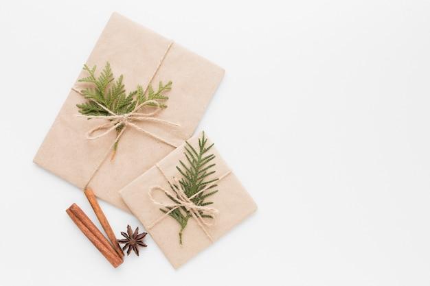 Vista superior de regalos con palitos de canela y anís estrellado