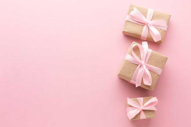 Vista superior de regalos rosas con espacio de copia