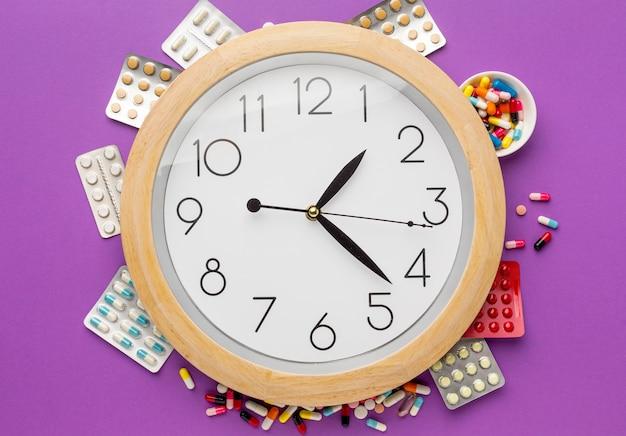 Vista superior del reloj con pastillas tabletas