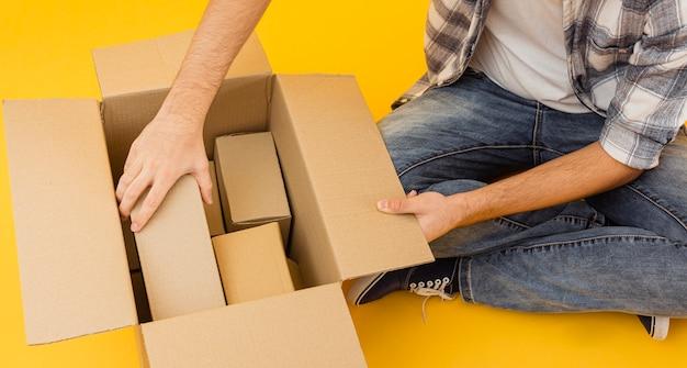 Vista superior repartidor arreglando paquetes de entrega