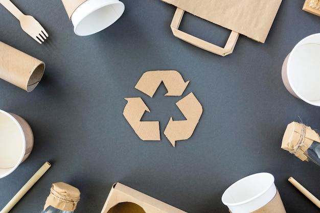 Vista superior de residuos de cartón y plástico