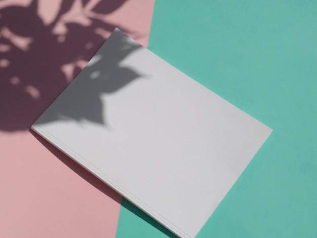 Vista superior de la revista de maquetas con colores de fondo