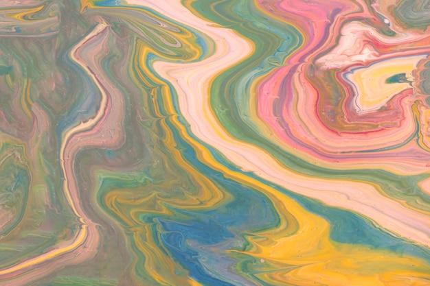 Vista superior del río vertido abstracto aceitoso