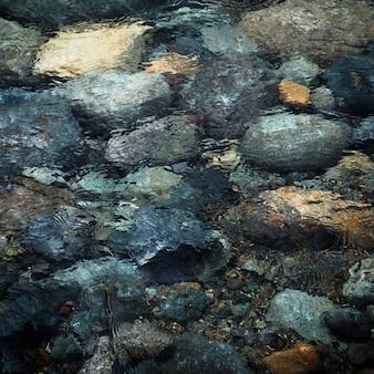 Vista superior rocas en el agua
