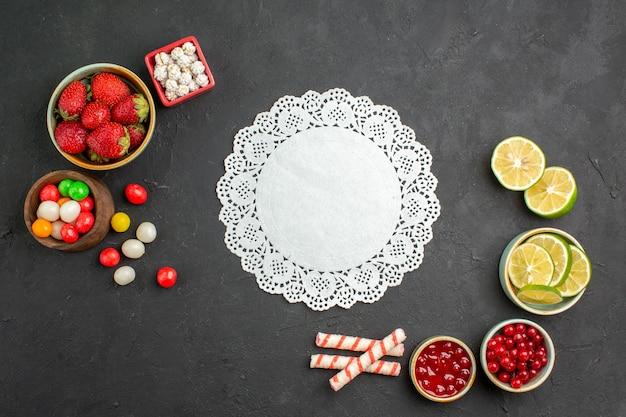 Vista superior de rodajas de limón con dulces y frutas
