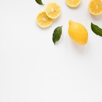 Vista superior rodajas de limón fresco con espacio de copia